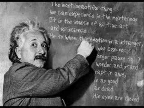 Conmemora la estancia de Einstein en Berna desde 1902 hasta 1909, donde desarrolló algunas de sus teorías fundamentales y revolucionarias de la física moderna, incluyendo la teoría de la relatividad y su ecuación E=mc². Un apartamento en el segundo piso de la casa fue ocupado por Albert Einstein, su esposa Mileva Marić y su hijo Hans Albert Einstein desde 1903 hasta 1905. Esta época coincidió con los años maravillosos de Einstein, durante los que redactó una serie de artículos que contribuyeron sustancialmente a la fundación de la física moderna. Fueron escritos por Einstein en 1905, mientras trabajaba en el Instituto Federal de la Propiedad Intelectual. Las condiciones de vida de Einstein y de su familia se muestran con precisión en el apartamento del segundo piso, decorado con muebles de aquella época. La biografía de Einstein y distintos documentos acerca de su vida y obra se exhiben en la tercera planta. El edificio está abierto al público. Una exposición permanente más grande se encuentra en el Museo de Historia de Berna.